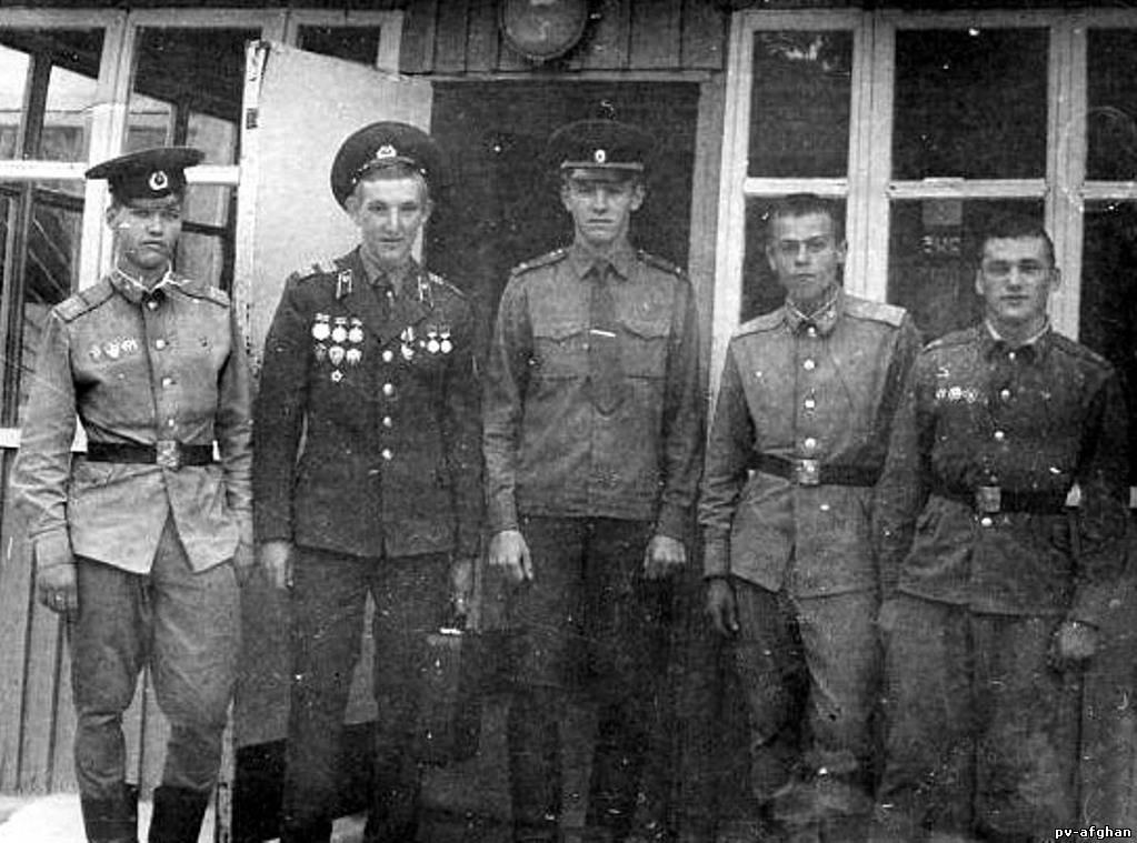 Прощание с заставой. Вячеслав Дериглазов (второй слева) уезжает домой.